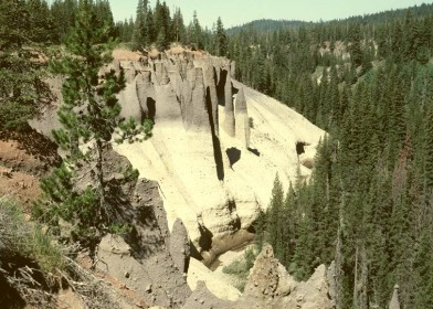 Crater_Lake_USA_met_gloedwolkafzetting